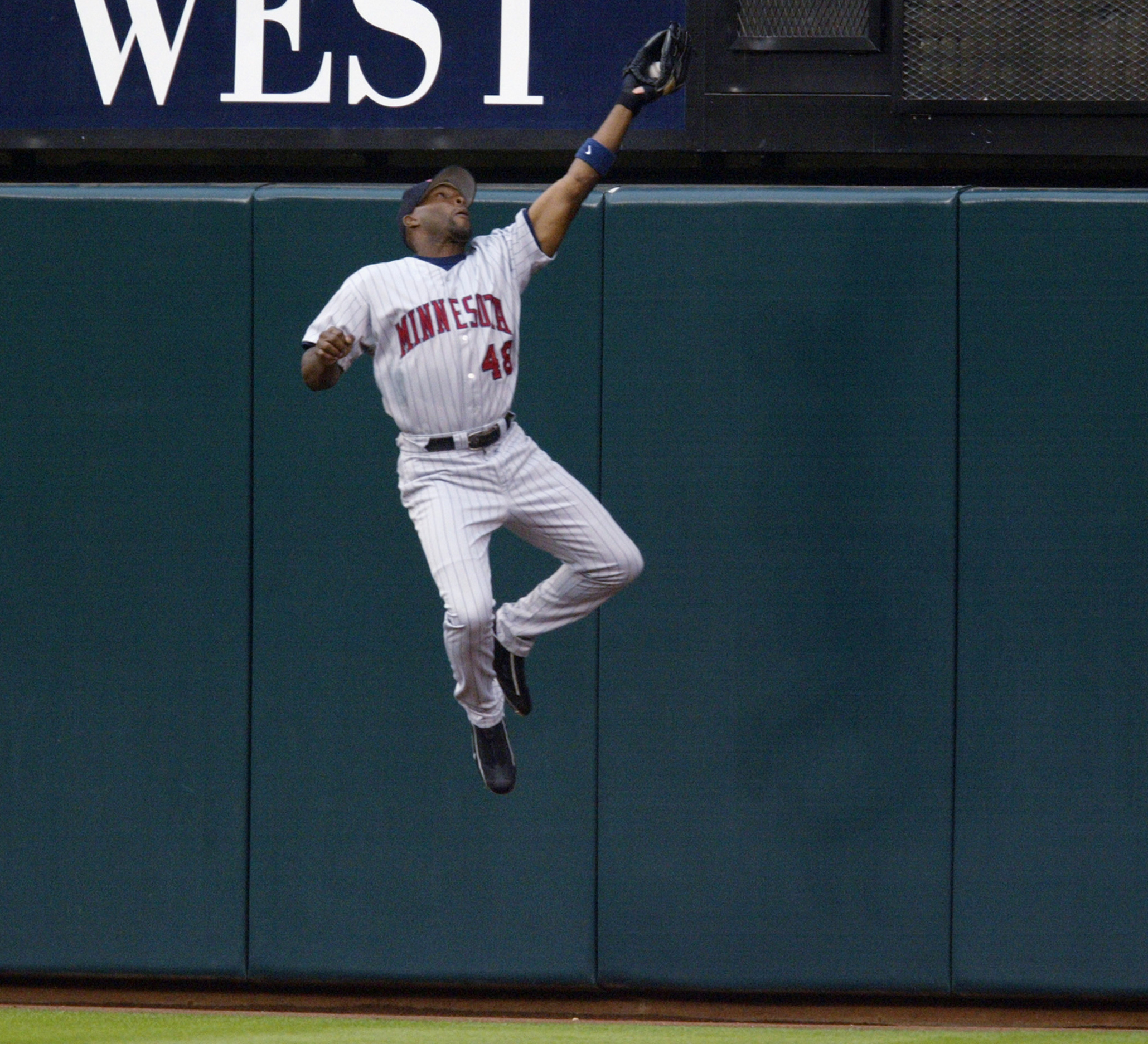 Torii Hunter Returns To His Roots Signs With Twins